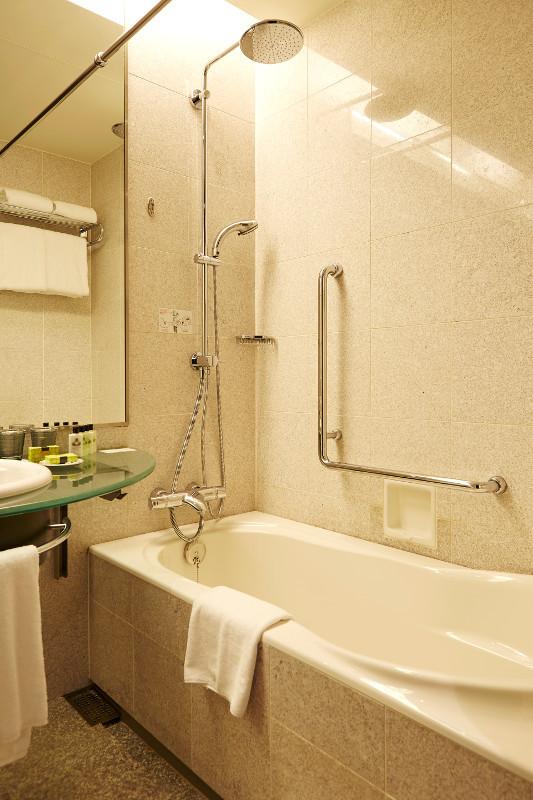 strings_by_intercontinental_tokyo_-_accessible_room_bathroom