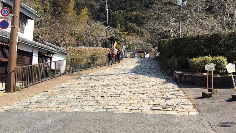 philosophers_walk_-_slope_near_nanzenji