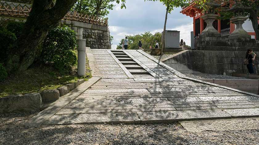 Steep slope between to temples at Kiyomizu-dera