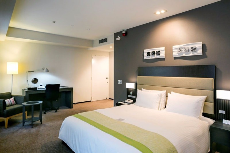 holiday-inn-osaka-accessible-room-1