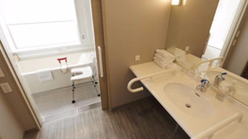 haneda-excel-hotel-feature-accessible-room-bathroom-2