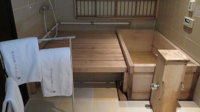 kizashi-the-suit-accessible-room-bath