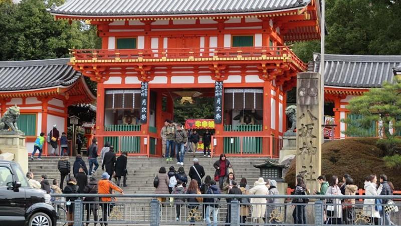 yasaka-shrine-main-entrance-steps