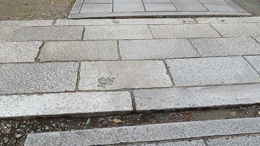 Gaps in path at Kenninji Temple