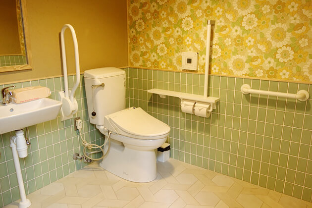 hibari-hostel-accessible-room-toilet