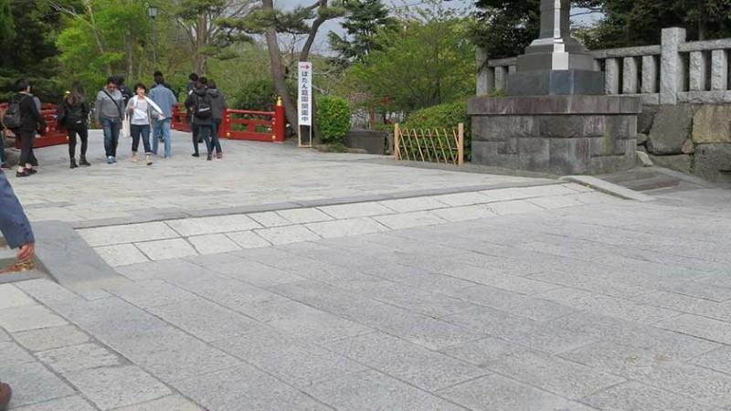 tsurugaoka-hachimangu-entrance-ramp