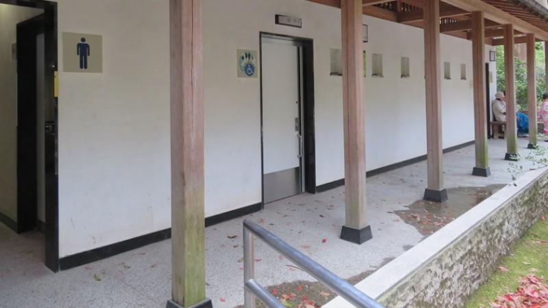 tsurugaoka-hachimangu-toilet-outside