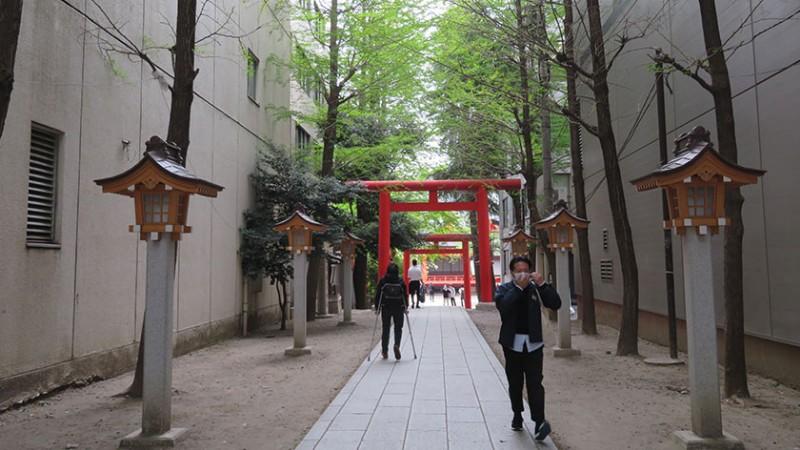 hanazono-shrine-approach