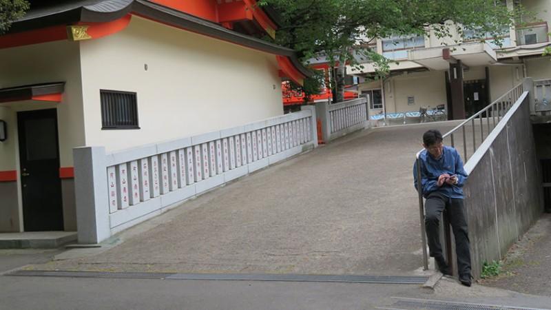 hanazono-shrine-ramp
