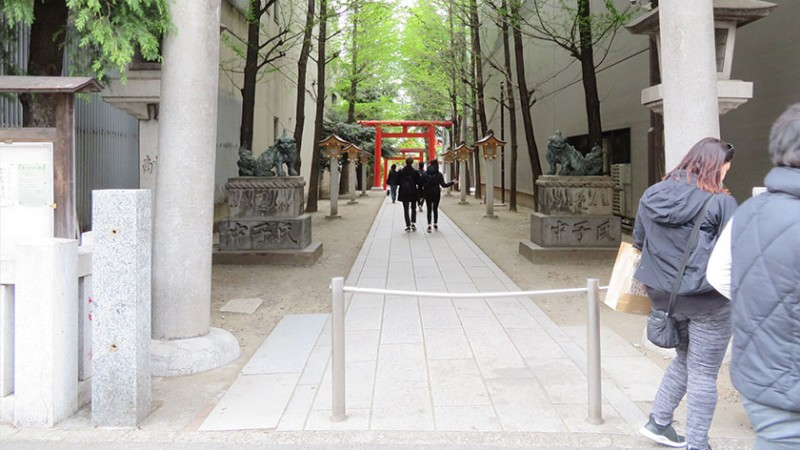 hanazono-shrine-yasukuni-street-entrance