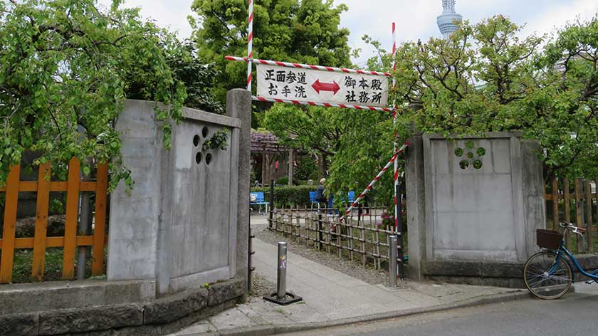 Kameido Tenjin Shrine side gate