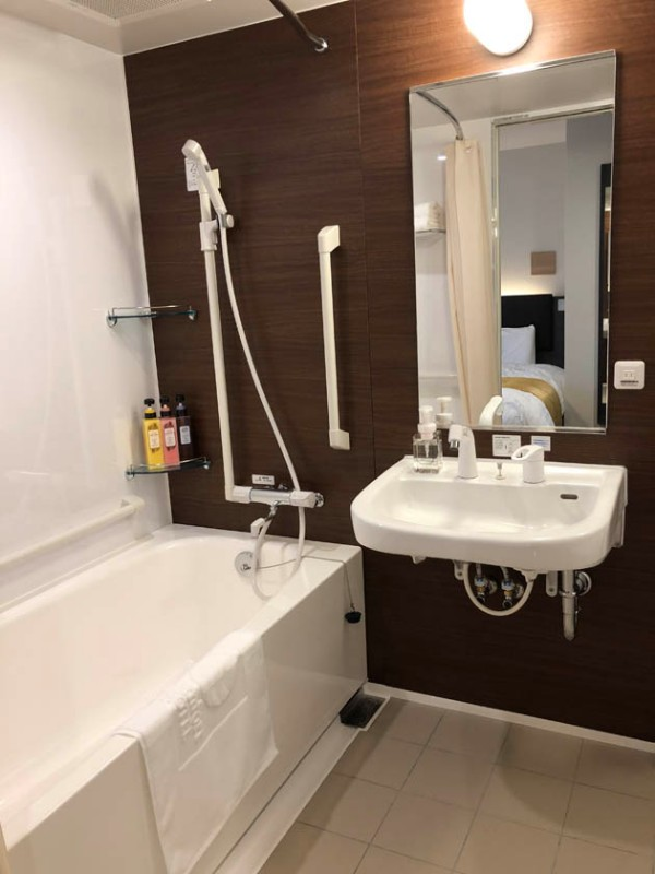 comfort-hotel-ise-accessible-room-bathroom-1