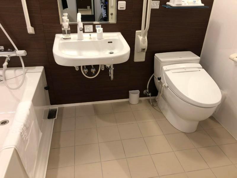 comfort-hotel-ise-accessible-room-bathroom-2