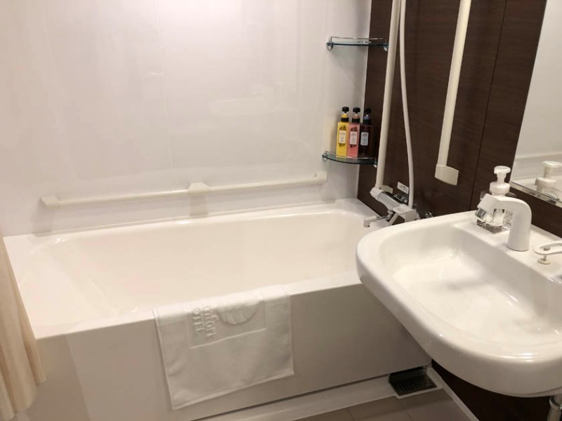 comfort-hotel-ise-accessible-room-bathroom-3