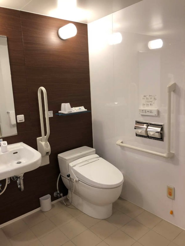 comfort-hotel-ise-accessible-room-bathroom-4
