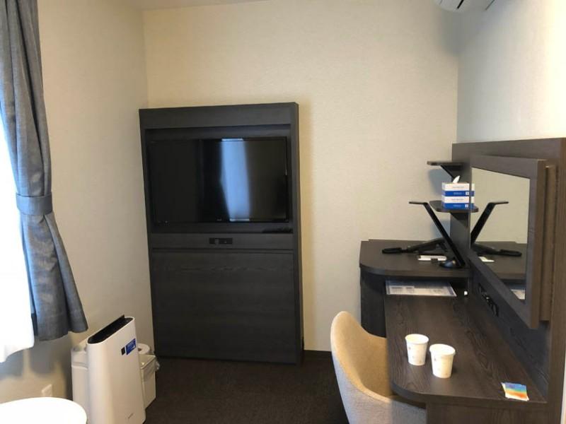 comfort-hotel-ise-accessible-room-tv-desk-1