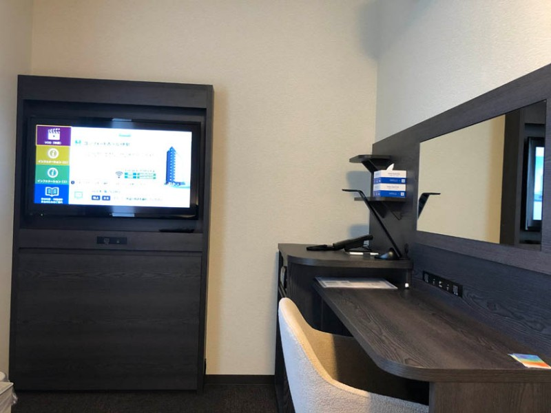 comfort-hotel-ise-accessible-room-tv-desk-2