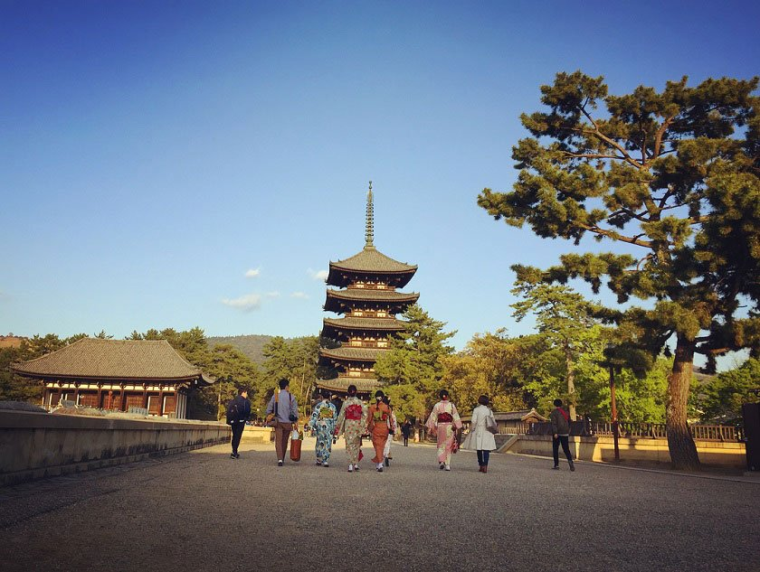 Pagoda and people in kimono