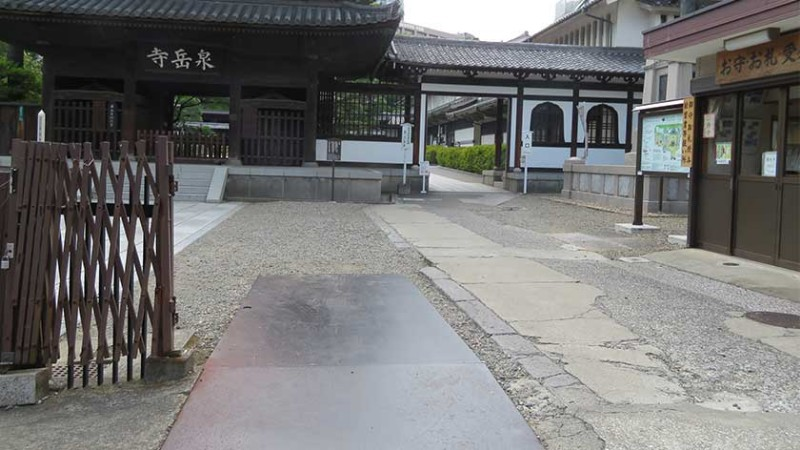 sengakuji-temple-rough-entrance