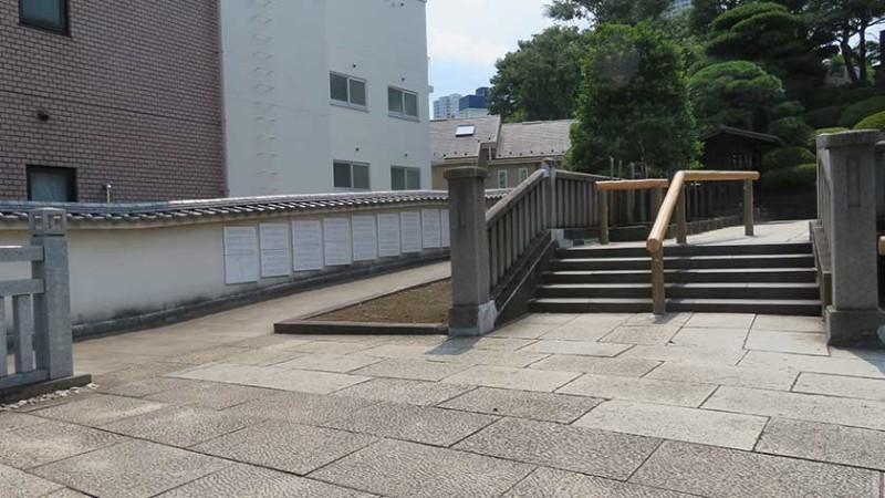 sengakuji-temple-slope-and-stairs