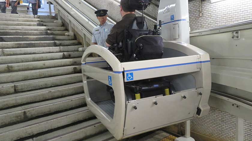Stair lift at Sengakuji Station