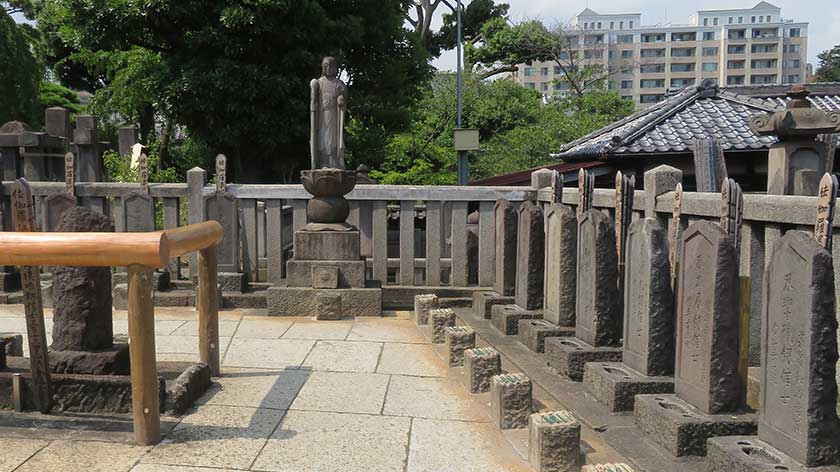 Graves of the 47 ronin at Sengakuji Temple