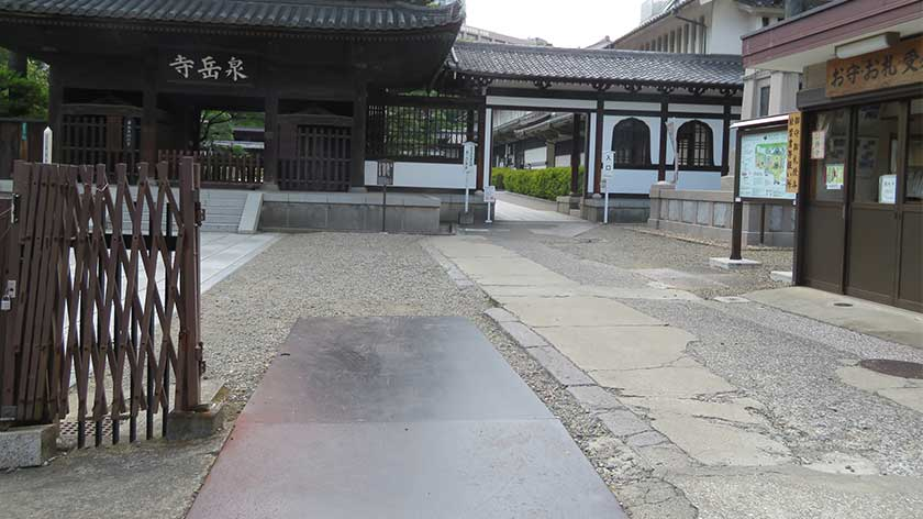 Bumpy path at entrance to Sengakuji Temple