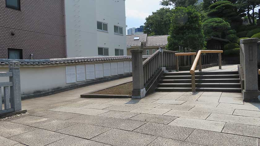 Ramp and steps at Sengakuji Temple