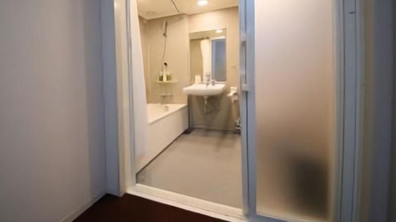 hotel-gracery-shinjuku-bathroom-door