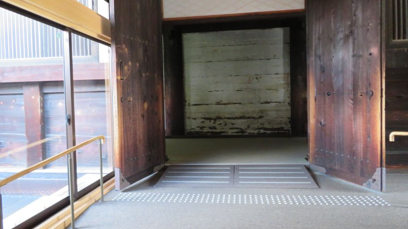 Ramp at doorway to the inner hall at Sanjusangendo