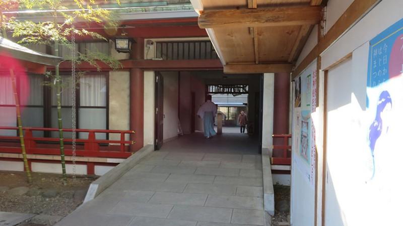 hie-shrine-sloped-path