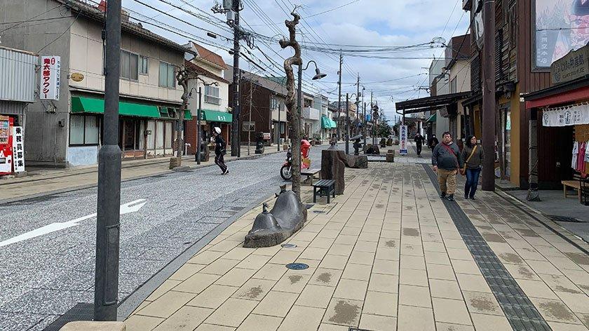 Wide sidewalk at Mizuki Shigeru Road
